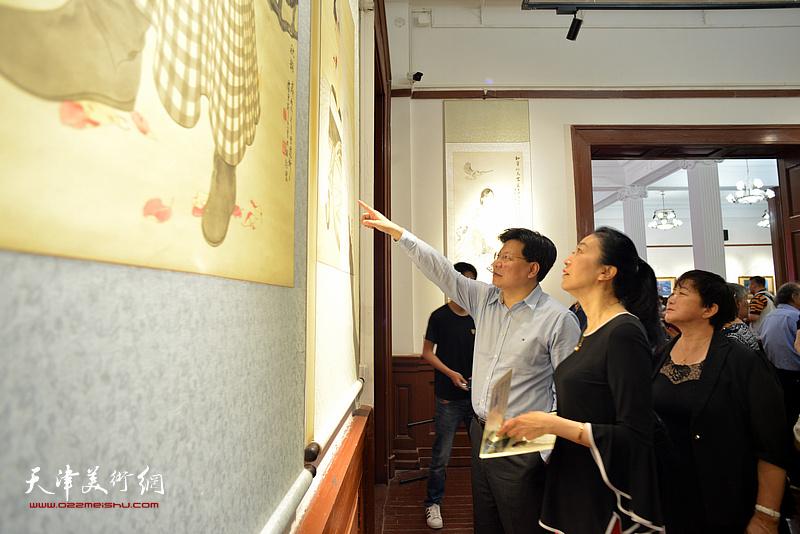 李志在展览现场观看作品。