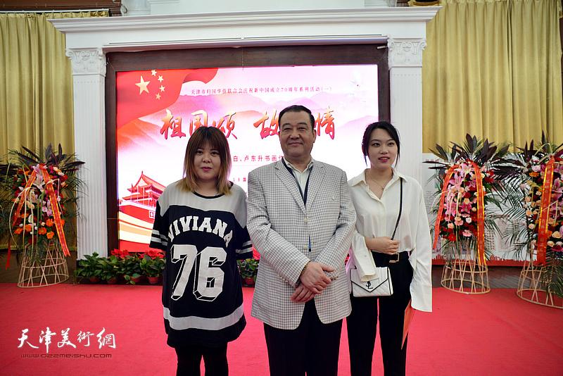 王冠峰与嘉宾在展览现场。