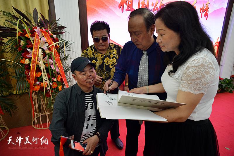 陈幼白、卢东升为王霭馨签名。