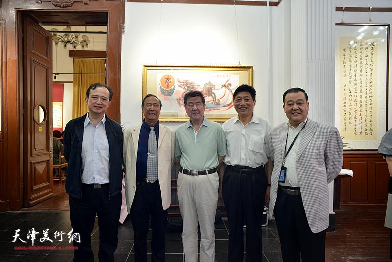 左起:汤洪、陈幼白、王学书、焦光明、王冠峰在展览现场。