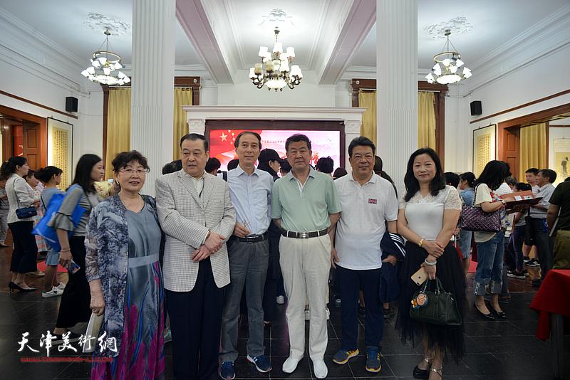 左起:王学莲、王冠峰、马竞、王学书、李庆林、王霭馨在展览现场。