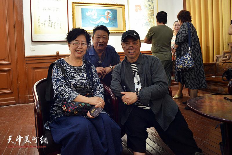 卢东升与亲友在展览现场。