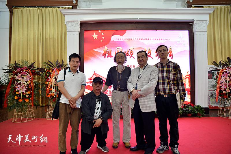 左起:李苦丹、卢东升、刘栋、王冠峰、杨颖在展览现场。