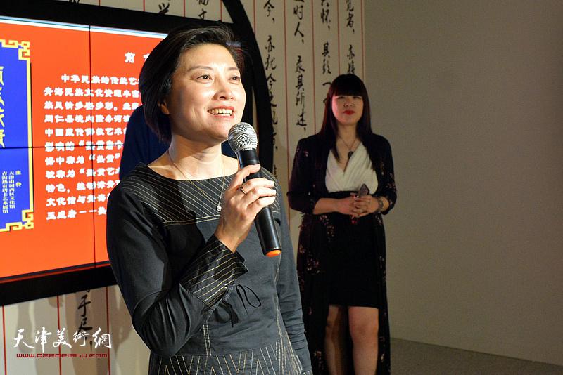 河西区文化和旅游局局长宋杨宣布唐卡艺术展开幕。
