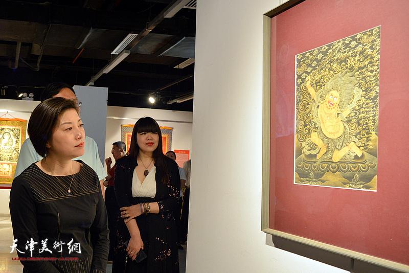 宋杨、肖冰观赏展出的唐卡艺术作品。