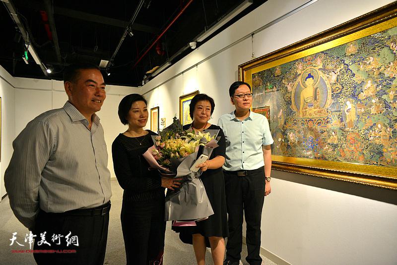 喜爱唐卡艺术的观众为阎妍的精彩讲解送上鲜花。