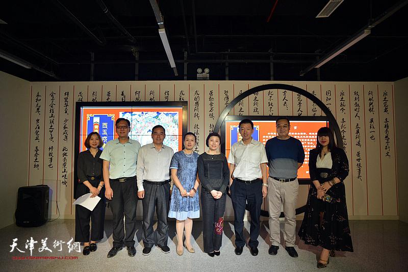 宋杨、曲维和、李孝辉、梁利爽、谭垚文、肖冰、凌熙在唐卡艺术展现场。