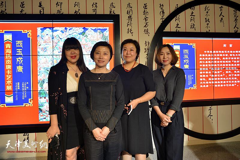 宋杨、肖冰、阎妍、凌熙在唐卡艺术展现场。