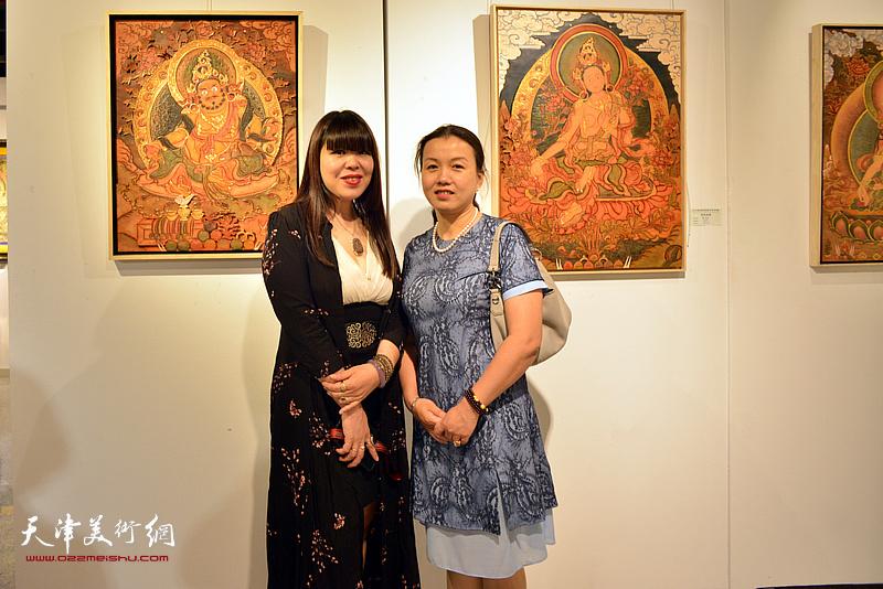 谭垚文、肖冰在唐卡艺术展现场。