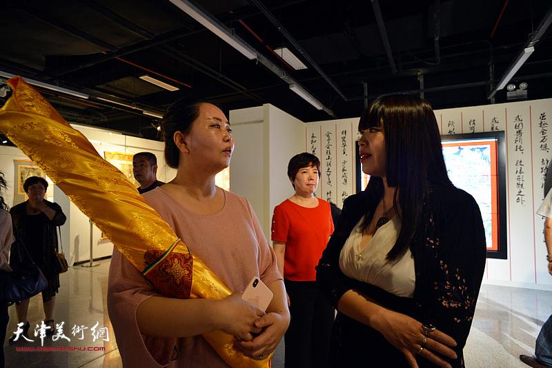 肖冰与唐卡艺术的爱好者在现场交流。