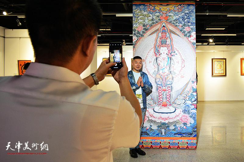 杜东刚在唐卡艺术展现场。