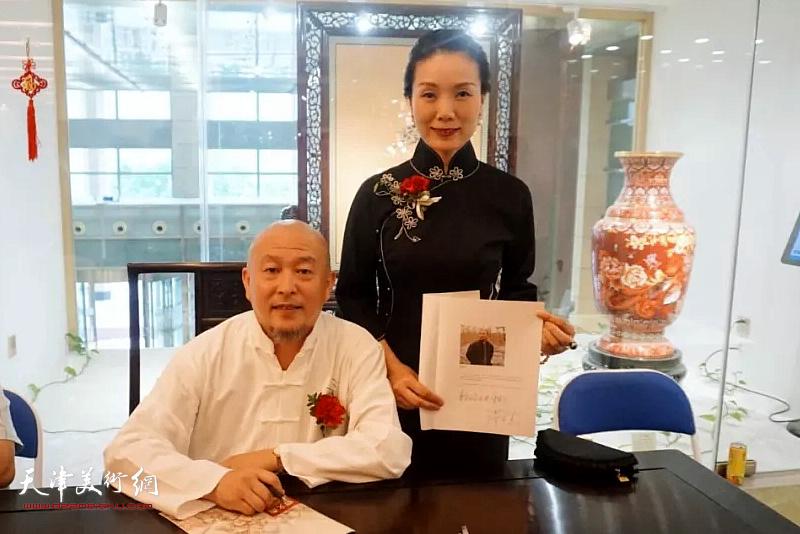缪文杰先生与北京饭店馆藏文化董事长李静怡女士在书画展现场。
