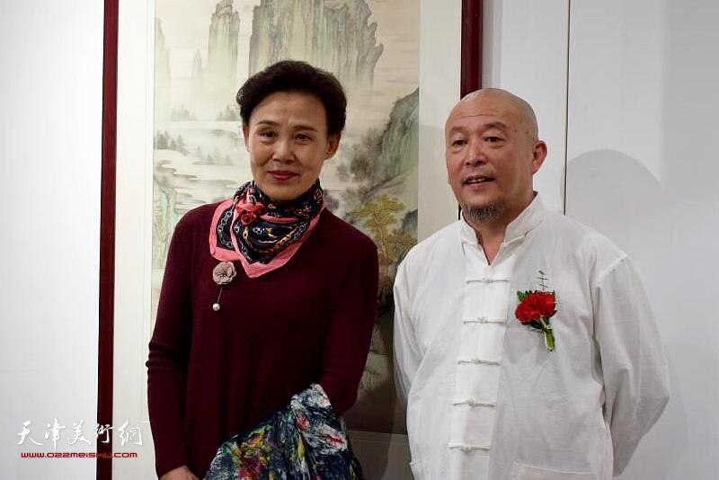 缪文杰先生与来宾在书画展现场。
