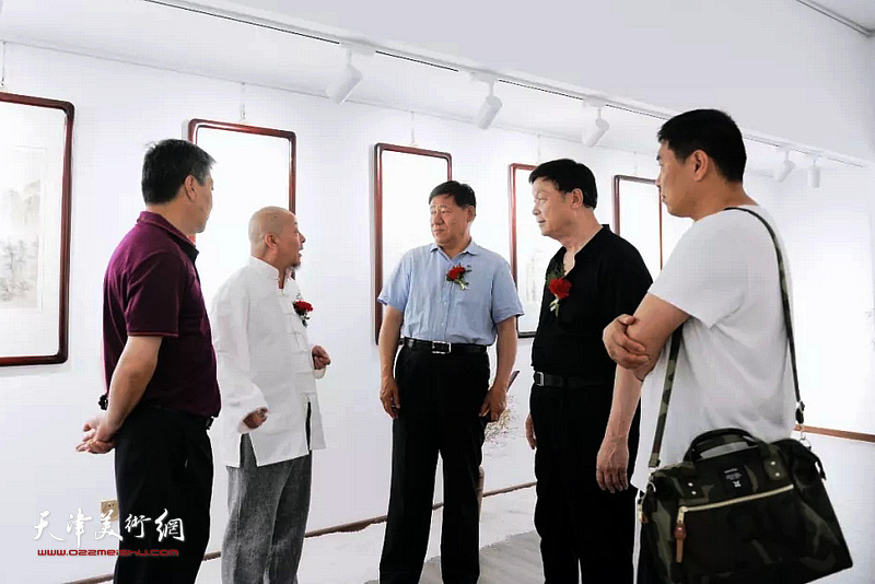 缪文杰先生在书画展现场与来宾交流。