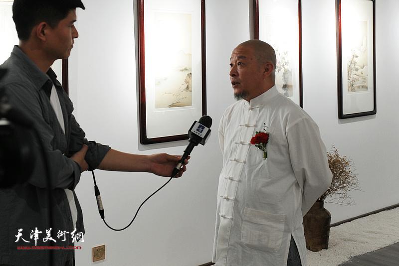 缪文杰先生在书画展现场接受媒体采访。