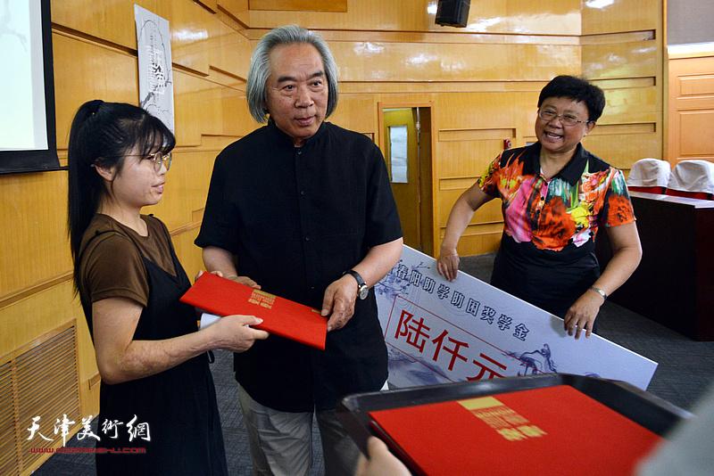 霍春阳先生与天津美术学院党委副书记蒋宗文为获得助学金的付丽同学颁奖。