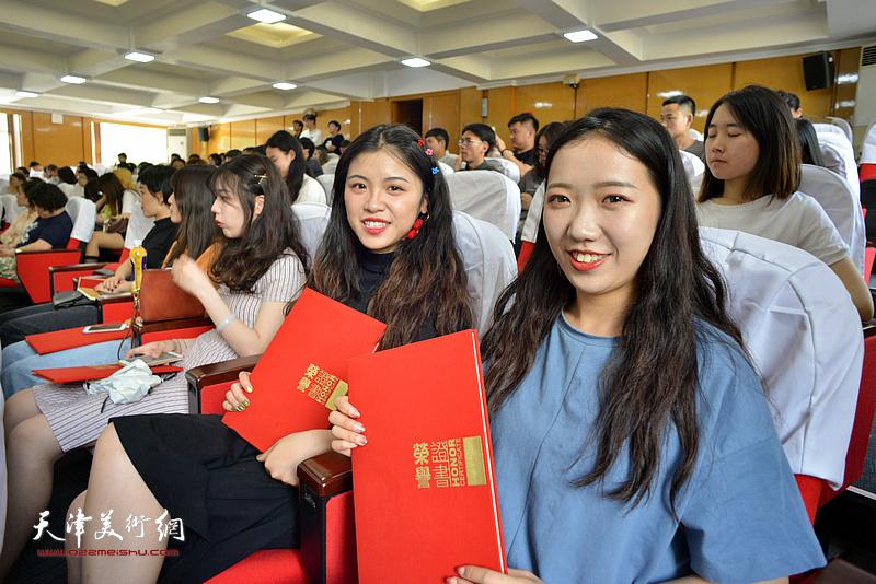 部分获奖学生在颁奖仪式现场。
