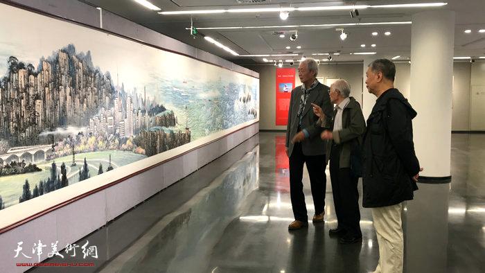 左起:王仲、郭文伟、陈明在观看海洋画长卷