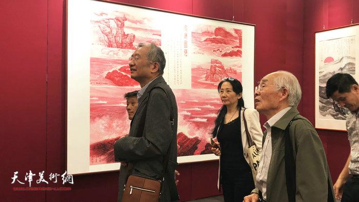 左起:陈传席、宋茄盈、郭文伟、林强在观看海洋画作品