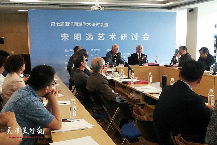 中国美协理论委员会副主任王仲主持研讨会。