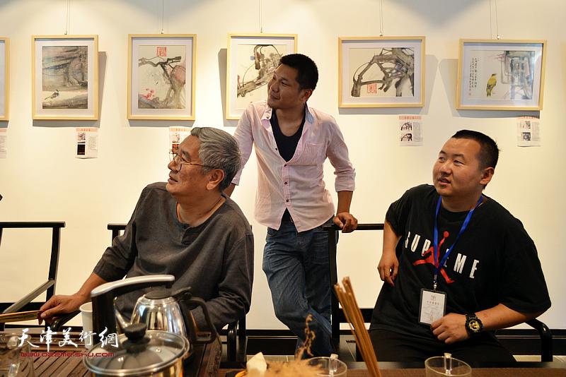 张佩钢、郑伟、杜一河在观看展品。