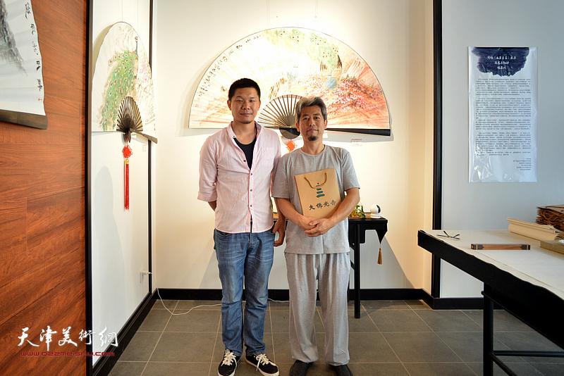 郑伟、张铁林在画展现场。