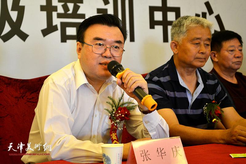 中国硬笔书法协会主席张华庆致辞。