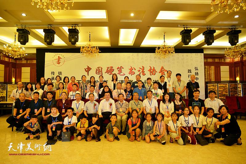 张华庆主席、赵洪生主任与天津各区测评培训中心负责人、各区来宾、喜爱硬笔书法艺术的小学生在揭牌仪式现场。