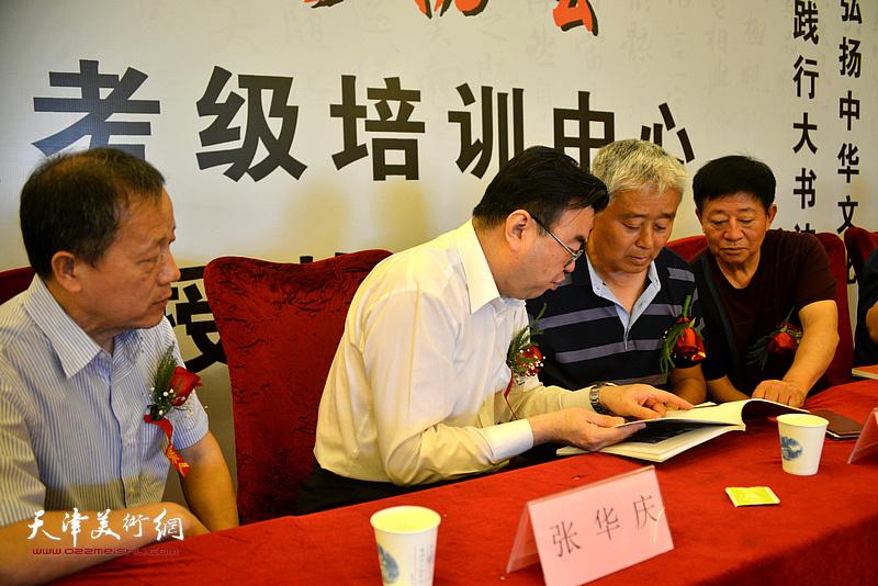 张华庆、赵洪生、孙洪龙、孙德民在揭牌仪式现场。