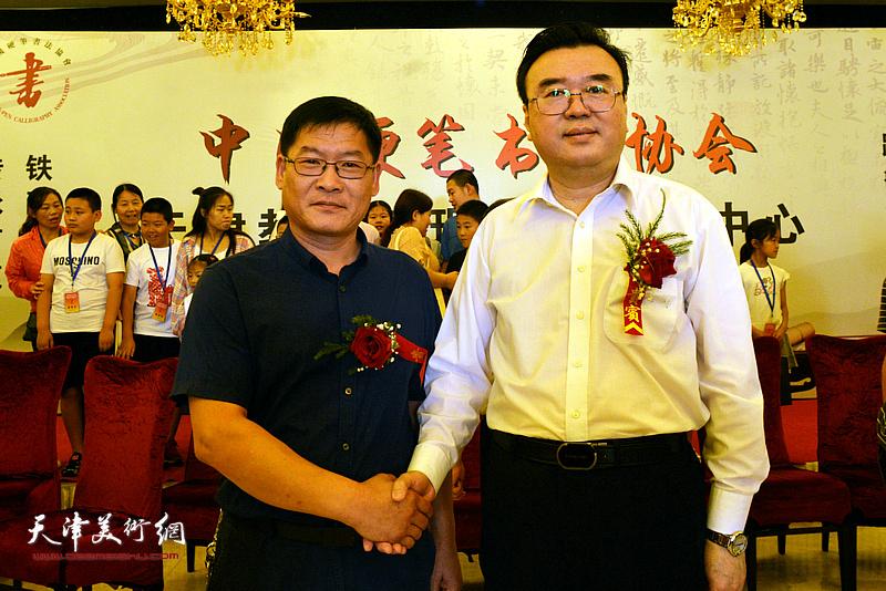 张华庆、陈志强在揭牌仪式现场。