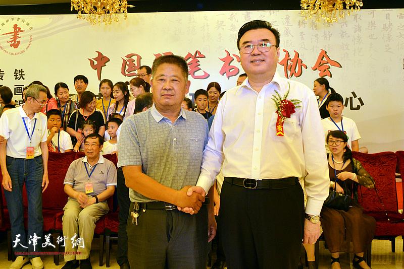 张华庆、王强在揭牌仪式现场。