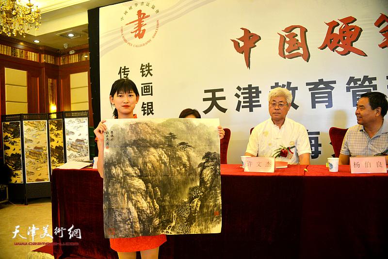 天津美协理事、原静海书画院院长许文杰赠送画作以示致贺。