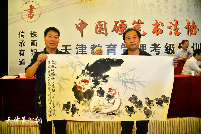 天津美协理事、画家刘旭东赠送画作以示致贺。