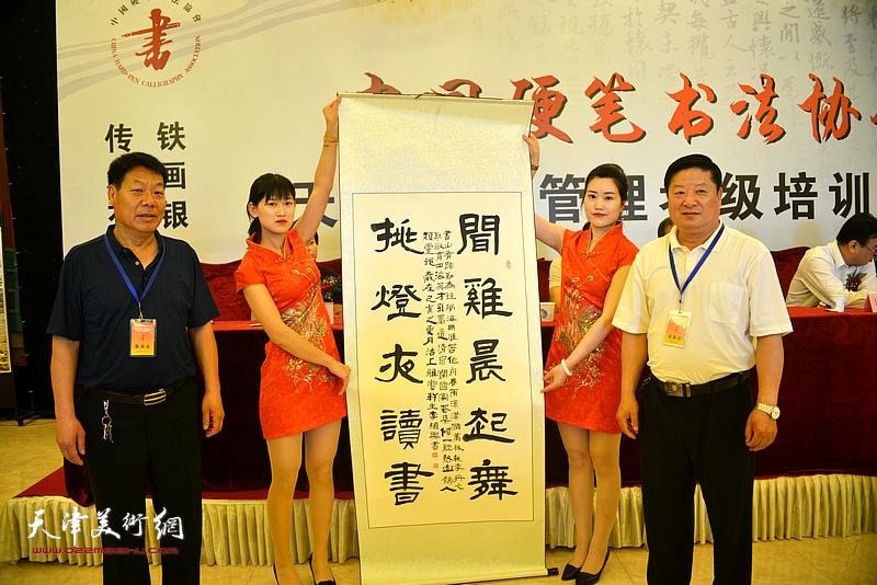 书法家李继兴赠送书法作品以示致贺。