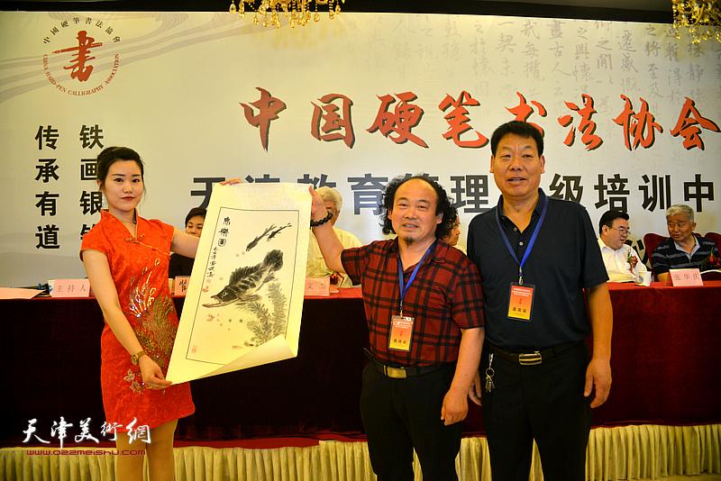画家张凤杰赠送画作以示致贺。