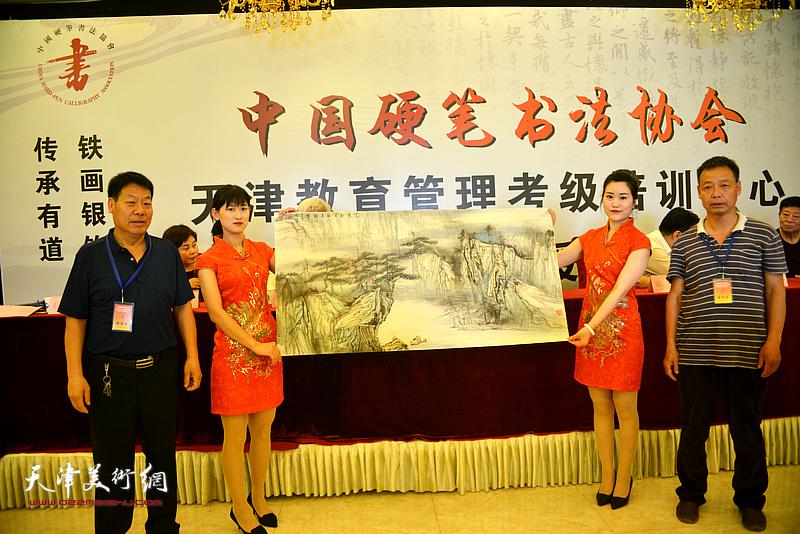 画家范良友赠送画作以示致贺。