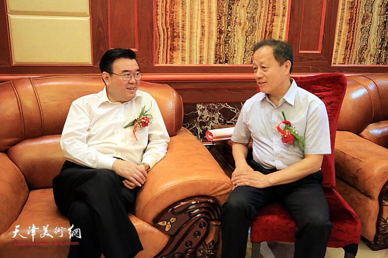张华庆、赵洪生在揭牌仪式现场。