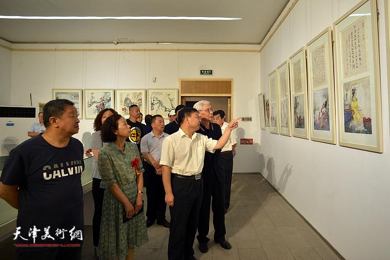 杨德树陪同孙荣军、刘萍观看展出的作品。