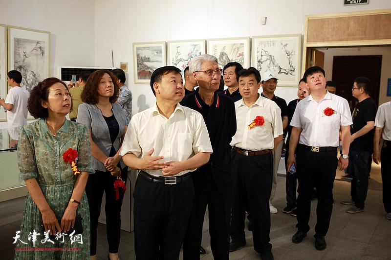 杨德树陪同孙荣军、刘萍、李丙娟观看展出的作品。