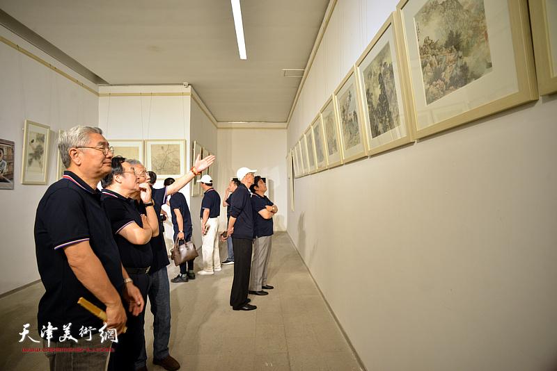 杨德树、姚景卿、陈钢、张佩钢、李耀春观看展出的作品。