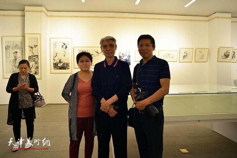 杨德树、杨宏宇与高唐的朋友在画展现场。