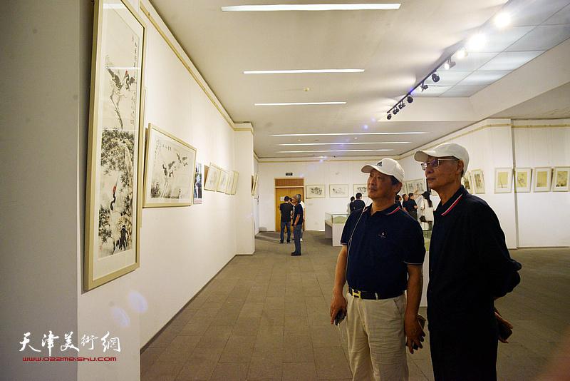杨德树、刘志君在画展现场。