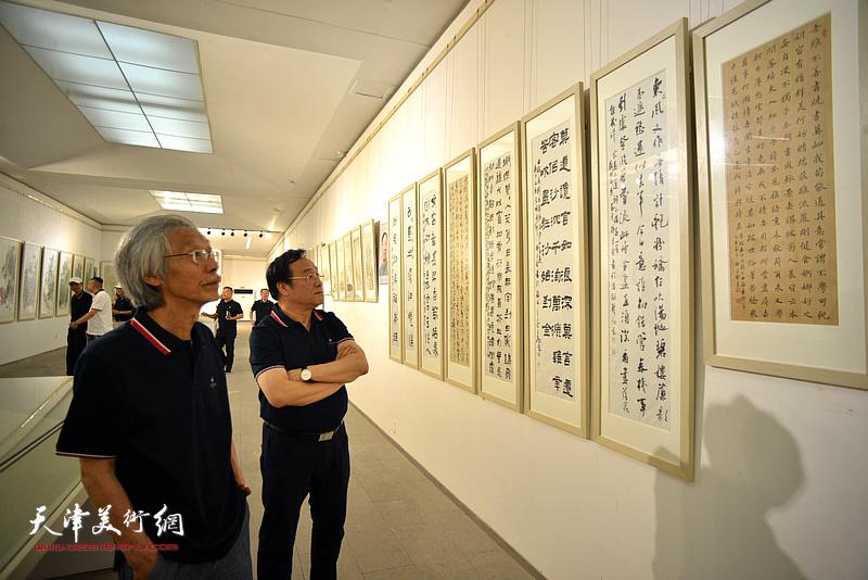 姚景卿、李耀春在画展现场。