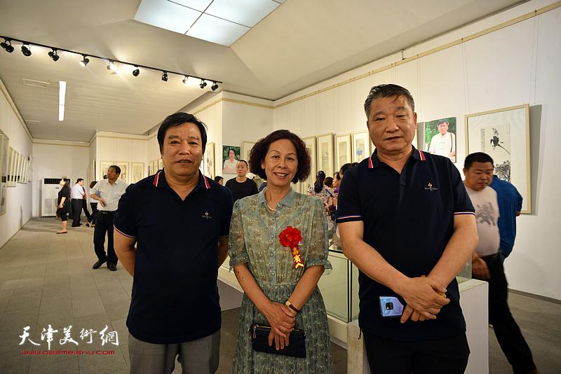 李耀春、皮志刚、刘萍在画展现场。