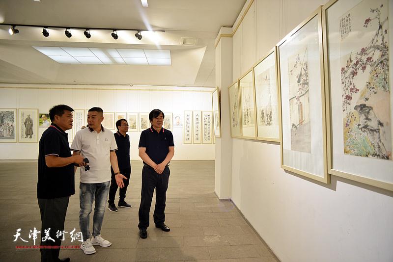 史振岭、张运河、张晓彦、杜东刚在画展现场。