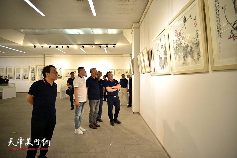 姚景卿、陈钢、张佩钢、张晓彦、杜东刚在画展现场。