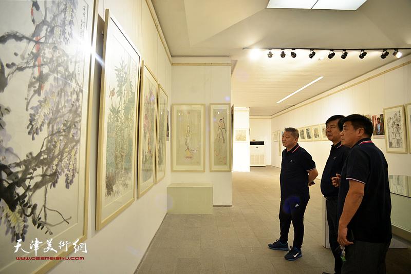 史振岭、张运河、皮志刚在画展现场。