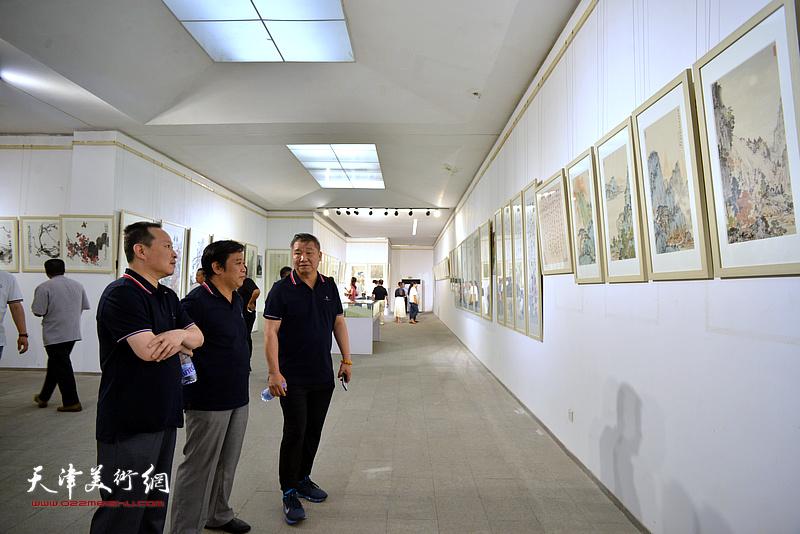 李耀春、皮志刚、张立涛在画展现场。