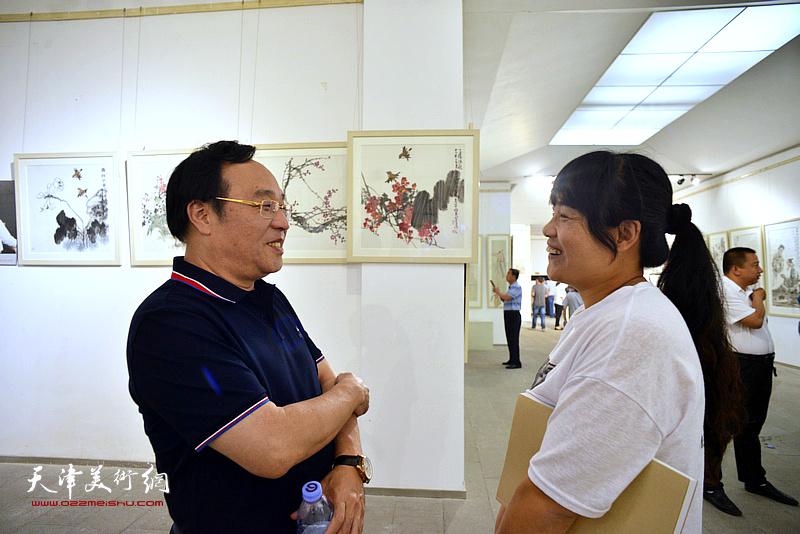陈钢在画展现场与当地书画爱好者交流。