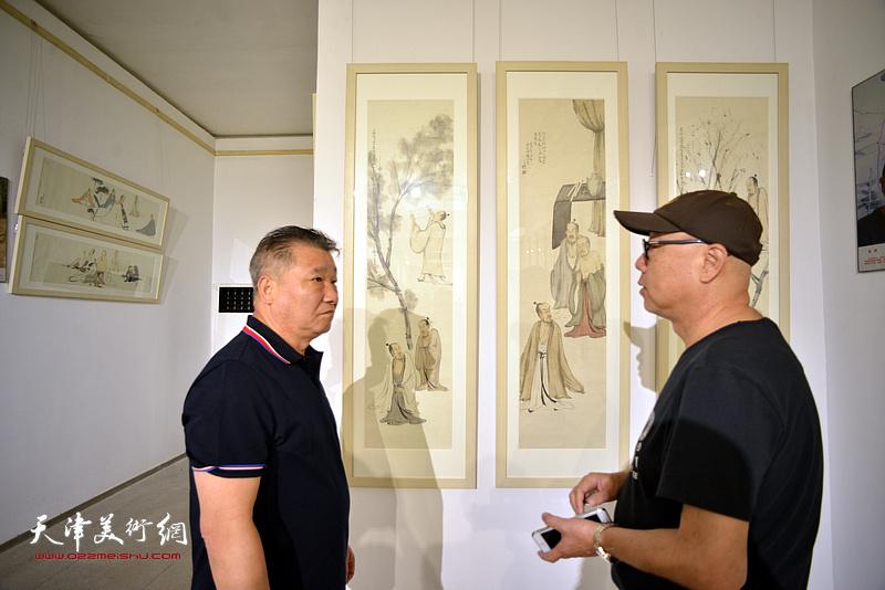 皮志刚、高博在画展现场交流。
